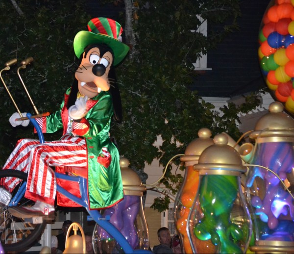 Goofy in the Once Upon A Christmastime Parade